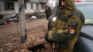 En selvbestaltet oprører fra Sparta-militsen i Folkerepublikken Donetsk i et af byens kamphærgede   kvarterer.