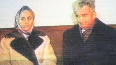 Uforglemmelige er de berømte sekunder, hvor diktatoren med pelshuen fornemmer, at der er ugler i mosen og måske aner, at det mareridt er begyndt, han har prøvet at besværge. Hans regeringsmagt vakler. Klokken er slået. Niels Barfoed skriver om et euforisk og morbidt skuespil, der udspillede sig nogle kolde juledage i 1989