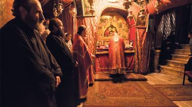 Grotten i Fødselskirken er det allerhelligste sted, idet det var her, Jesus blev født. Under alteret i midten markerer en sølvstjerne i gulvet stedet. I 1948 udgjorde de kristne 82 procent af Betlehems samlede befolkning. I dag er de kun 22 procent.