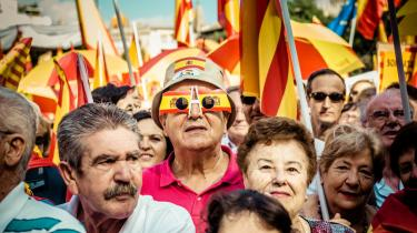 Flere hundredtusinder catalanere gik på gaden i Barcelona for uafhængighed på Cataloniens nationaldag den 11. september. De marcherede byen rundt med det rød-gul-stribede catalanske separatistflag kaldet Senyera Estelada. Men en herre i midten går efter brillen at dømme ind for Spaniens enhed.