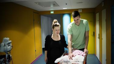 Stine Skovhøj Jensen og Morten Jakobsen er netop blevet forældre til en pige, der skal hedde Oline. Det var et hårdt døgn, for midt under fødslen faldt Olines hjerterytme, men det endte godt, og når man sidder som nybagte forældre, er det ikke svært at finde noget at håbe på.