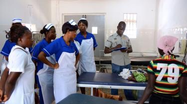 Masanga-hospitalet. Studerende på hospitalet i Sierra Leone, som den danske kirurg Peter Bo Jørgensen har været med til at opbygge – og lukke, fordi det ikke var gearet til at modtage ebolapatienter.