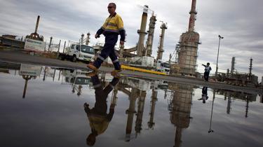 Situationen på oliemarkedet med dramatiske prisfald er uoverskuelig. Dansk analytiker advarer mod spådomme, men vover alligevel én selv