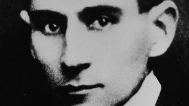 Franz Kafkas roman 'Processen' handler ikke – som det ellers ofte fremstilles – om et despotisk bureaukrati, men om et menneske, der spilder sit liv ved at tjene virkelighedsfjerne systemer og idiotiske regler. Thomas Thurah har genlæst Kafkas mest kendte roman, der blev skrevet færdig for præcis 100 år siden, og som efterfølgende er blevet et sindbillede på vores uigennemsigtigt bureaukratiske system