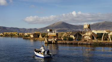 Uros-folket bor på 50 flydende øer i Titicaca-søen, 3.812 meter over havoverfladen i Andesbjergene. På grund af højden har det været næsten umuligt at skaffe energiforsyning til øerne, men takket være finansiering fra EU's Euro-Solar-program er det nu lykkedes at opsætte solpaneler på de kunstige øer.