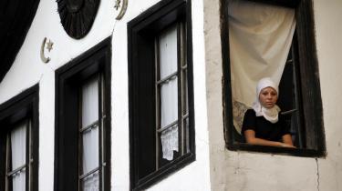 Hver for sig. Før krigen levede og interagerede byens etniske og religiøse befolkningsgrupper med hinanden; i dag er  de adskilt i forskellige områder, skoler, klubber etc.