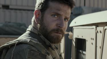 Bradley Cooper gør det formidabelt som Chris Kyle, en umiddelbart glad cowboy, der bliver mere og mere indadvendt og stille, efterhånden som krigen når under huden og ind i hovedet på ham.