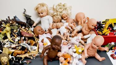Ftalater, som findes i en del legetøj af plastik, mistænkes for at være skyld i for tidlig pubertet hos piger og misdannede kønsorganer hos drenge samt øget risiko for kræft.
