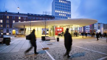 Tagene på stationsbygningerne er projektets signatur. Deres organiske form og beton holdt i gråhvide toner giver dem et præg af noget fremmed, der er landet fra en anden tid og et andet sted.