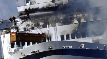 Efter at Scandinavian Star var slæbt i land i Lysekil i Sverige, brød det fjerde brandforløb ud, denne gang foran i skibet. Tidligere havde brandmandskabet kæmpet mod den såkaldte hydraulikbrand, som nogen mener må være næret af tusindvis af liter dieselolie for at nå så høje varmegrader. Om få uger vil norsk politi afsløre, om deres genoptagne efterforskning vil føre til nye sigtelser i den snart 25 år gamle sag.