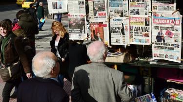 I Athen læser folk overskrifter ved bladkiosken dagen efter valget. I Berlin er man chokeret over venstrepartiet Syrizas klare sejr, som kan drive en kile ned mellem eurolandene.