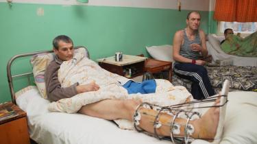 Sårede mænd på et nedslidt hospital i  byen Gorlovka tæt på Donetsk. De civile rammes hårdt af manglen på bl.a. medicin, som er livstruende for visse syge. Andre kan ikke få lov at rejse ud af området uden en tilladelse fra Kijev.