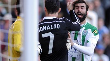 Rødt kort. Et spark og et slag i hovedet til Cordobas Edimar Fraga (t.v.), og umiddelbart efter et slag mod José Angel Crespo (t.h.) førte først til en udvinsing, og senere til to dages karantæne til Ronaldo. En mild dom, der ikke forstyrrer Real Madrid .