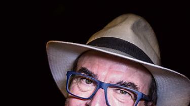 Regner Grasten. Født 1956. Instruktør, manuskriptforfatter og producent. Var med til at grundlægge biografen Klaptræet, siden selskabet Kærnefilm med Per Holst. Startede sammen med sin kone, Tove, produktionsselskabet Regner Grasten Film og producerede med Per Holst 'Op på fars hat', der solgte en million billetter. Har produceret 34 film, bl.a. Anja & Viktor-serien, 'Det forsømte forår', 'Kun en pige', 'Hvidstengruppen' og senest 'Tarok'.Har stået bag to julekalendere og teater-musicalen'Askepop'.Skriver under pseudonymet Torvald Lervad. Instruerede 'Bananen – skrald den før din nabo', ifølge eget udsagn firmaets største flop.