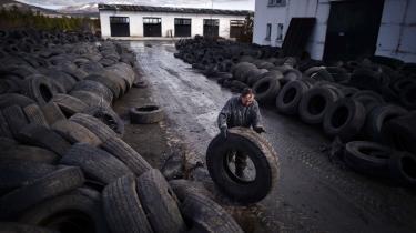 En bulgarsk arbejder triller et brugt dæk af sted på en genbrugsfabrik i landsbyen Gaber. Ifølge formanden for Klimarådet i Danmark er det ikke en selvfølge, at den globale forurening bliver mindre i takt med den økonomiske udvikling, som visse modeller ellers har forudset.