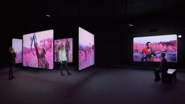Det centrale greb i Richard Mosses værker er brugen af en særlig militær overvågningsfilm (Kodak Aerochrome), der registrerer det usynlige spektrum af infrarødt lys, som reflekteres af grønne planters klorofyl – filmen får planters naturlige løv til at fremstå lysende pink.