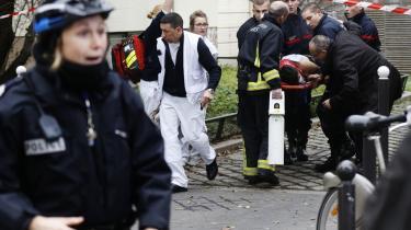 Et offer bæres ud efter terrorangrebet i Paris i januar. To af gerningsmændene afsonede sammen, og det er ikke et ukendt fænomen, at indsatte risikerer at blive radikaliseret i fængslet.