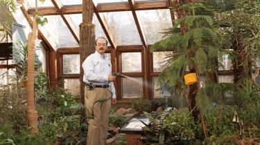 Amory Lovins bor i 2.700 meters højde i Colarado, hvor det bliver ned til minus 40 grader om vinteren. Her har han bygget et hus, der ikke skal opvarmes, fordi det er så godt isoleret. Og så dyrker han bl.a. bananer og avokadoer.