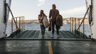 'Steppeulven' former sig som en  både kærlig og harsk kritik af 68'erne. Bevares, der var god grund til at gøre oprør, det er tydeligt i filmen, men det endte – også – i en selvoptaget sump af sex og stoffer, hvor frihed bare var et andet ord for afgrundsdyb uansvarlighed.