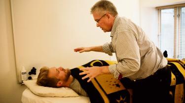 Informations Christian Bennike besøgte healer Allan Smith på Frederiksberg.