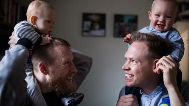 Kasper Susaa og Laus Riisby Sørensen (t.h.) med sønnerne Viggo og Arthur begyndte som nyklækkede  fædre at blogge, da al information var målrettet kvinden. 'Det kan vi godt forstå, for det er ikke os, der er gravide i maven. Men vi plejer at sige, at vi er gravide i hovedet', siger Kasper Susaa.