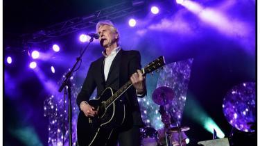 Den klassiske TV-2-sang er f.eks. sådan en, der hvor Steffen Brandt i løbet af de første sekunder spidser munden og fløjter sangen i gang. Aarhus-bandet er på gaden med sit 18. album på fredag.