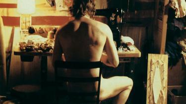 Queer mennesker i horrorfilm har længe symboliseret det syge sind, og hvem har et sygere sind, synes filmene at spørge, end den mand, der gerne vil være kvinde? I 'Ondskabens Øjne', syr den (måske) transkønnede Buffalo Bill sig selv en ny krop – af andre kvinders hud.