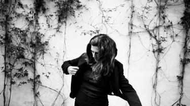 Kirsten Hammann formår at flytte en uhåndterlig følelse af uformåenhed, skyld og fiasko over i et fysisk rum og en fysisk krop.