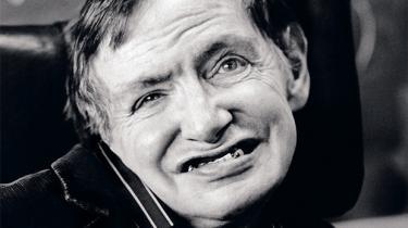 I 'Teorien om alting' prøver James Marsh at nå om bag det klichéfyldte billede, de fleste mennesker har af den handicappede, britiske fysiker Stephen Hawking. Det gør instruktøren blandt andet med fremragende skuespil af Eddie Redmayne, der i søndags vandt en Oscar for rollen som Hawking