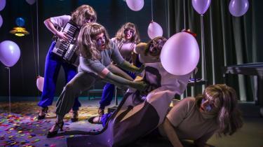 Kunstnerkollektivet Sort Samvittighed lader sig opsluge af Tove Ditlevsens digte – og til sidst gør det lige akkurat så ondt, som det skal i 'Tove, Tove, Tove' på Skuespilhuset.