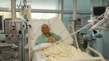 Den 43-årige afhoppede russiske spion Alexander Litvinenko, kort før han døde i november 2006 af radioaktiv polonium-210-forgiftning, kun 23 dage efter han fik det i kroppen. Retssagen, der oprulles er ren James Bond-guf.