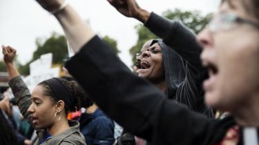 Demonstranter foran politistationen i Ferguson, hvor politiet skød og dræbte den 18-årige Michael Brown i august sidste år. En ny rapport fra det amerikanske justitsministerium bekræfter nu, at byen er præget af systematisk forskelsbehandling af hvide og sorte borgere.