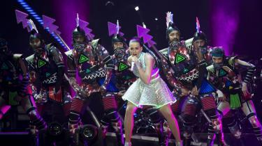Katy Perry skilter med sin kunstighed, men insisterer også på at være sit autentiske selv.