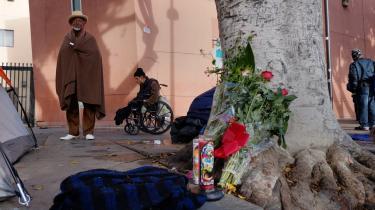 Skid Row i Los Angeles' centrum huser tusindvis af hjemløse, som blandt andet sover i telte eller under papkasser på kvarterets fortove. I februar blev en hjemløs mand skudt af politiet, hvilket har vakt stor vrede og været anledning til demonstrationer over, hvordan gadens udsatte eksistenser behandles. På billedet ses et mindesmærke for den dræbte.