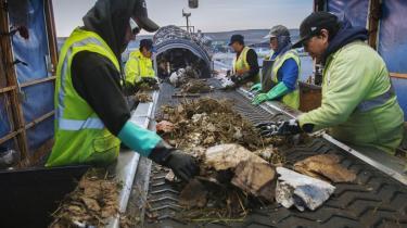 Den centrale sortering af San Franciscos affald forestås af det medarbejderejede firma Recology, der arbejder tæt sammen med bystyret. Her sorteres indholdet af borgernes containere. Målet for byen er, at 100 pct. af alt affald skal genanvendes i 2020. 'Kommer vi op omkring de 90 pct. genanvendelse, er det en formidabel præstation. Men vi vil fastholde visionen om 100 pct.,' siger Jack Macy, der er en af drivkræfterne bag det ambitiøse projekt.