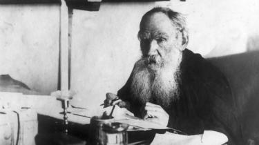 Lev Tolstojs (1828-1919) kortroman 'Ivan Iljitjs død' fra 1886 er blevet nyoversat i det bedste dansk af Marie Tetzlaff.