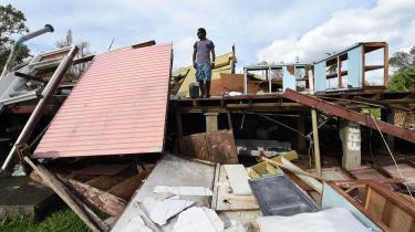 Adrian Banga kigger på de sørgelige rester af sit hus i Vanuatus hovedstad Port Vila, der blev hårdt ramt af orkanen Pam.