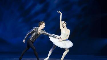 Ulrik Birkkjær er vidunderligt hengiven over for Holly Jean Dorgers elskelige svane i en ellers noget følelsesforfrossen Svanesøen på Det Kongelige Teater.