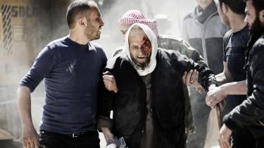Lokale syrere hjælper en såret mand ud af bygninger ramt af en række luftangreb udført af Bashar al-Assads tropper i det østlige al-Ghouta nær Damaskus. Ifølge Syrien-kendere er præsidenten ikke interesseret i fred, og samtidig har USA reelt opgivet at fjerne ham.