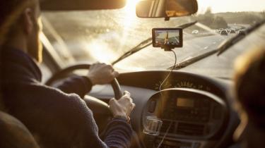 Man sparer både penge og hjælper miljøet med en ny teknologi, der rådgiver chaufføren om, ikke bare hvordan man komme rhurtigst fem, men også hvordan man skal køre for at spare på brændstoffet.