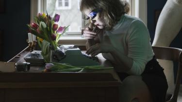 Fantastisk at få Tove Ditlevsen ud af den litterære skammekrog, men hvorfor skal hendes fremragende klummer, kronikker og brevkassesvar udgives forklædt som dekadent selviscenesættelse med glimmerøjenskygge?