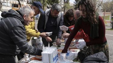 Et privat drevet gadekøkken i Athen uddeler gratis mad til sultne, forarmede grækere.