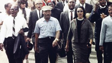 Et halvt århundrede efter den amerikanske borgerretsbevægelse vandt kampen for ligestilling, er skepsis, skuffelse og desperation udbredt i store dele af den sorte befolkning i Sydstaterne. I byen Greenville, Mississippi, hvor slaverne – og indtil fornylig deres efterkommere – plukkede bomuld, hersker der endda en nostalgi efter tiden med raceadskillelse