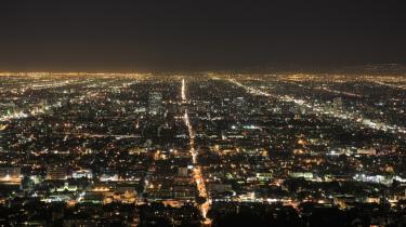 Nattebilledet af L.A. set fra bjergene er byens egentlige vartegn i den kollektive bevidsthed. Ikke et tårn eller en bro eller en skyline, men et glødende vejnet.