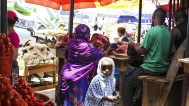 Nigerianere handler på markedet i Gwarinpa i Nigeria, hvor der i dag er valg. Hvis ikke den siddende præsident  Goodluck Jonathan vinder valget, truer oprørere fra den olierige region i Sydnigeria med at gøre oprør.