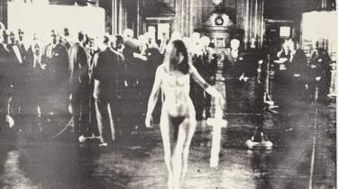 'Den kvindelige kristus' alias Lene Adler Petersen i 1969 på Børsen. I dag er happeningens eneste rester korset med gulnede stofstrimler og sejlgarn omkring, der kan ses i en montre på SMK.