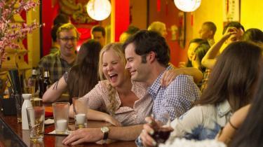Kønsrollerne er byttet om i den romantiske komedie 'Trainwreck', som er skrevet af komikeren Amy Schumer, som også spiller hovedrollen.