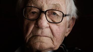 Frands Halberg var 16 år, da han gik ind i modstandsbevægelsen for at slås for Danmarks frihed. I dag er han 89 år og mener ikke, at frihedskampen er slut. Ulighed og social kontrol har erstattet tyskernes våben og uniformer. Alligevel udebliver oprøret. Frihedskamp kræver nød, og vi har det for godt, mener han
