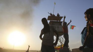 Kurdiske demonstranter i Rojavas hovedby, Qamishli. Hovedpartiet i det syriske Kurdistan, PYD, er i færd med at prøve at gennemføre et radikalt eksperiment
