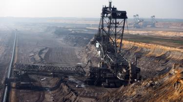 Stadig flere klimaaktivister mener ikke længere, at aktionærengagement rækker som strategi for at få olie-og gasselskaber til at opgive deres traditionelle kerneforrettningsområder.